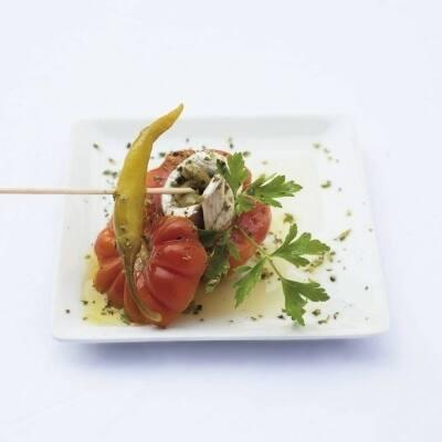 Tomatito raf relleno de boquerón en vinagre con piel de aceituna verde