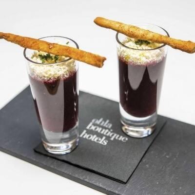 Gazpacho de cerezas y pepino con nuez de queso feta y grissini picante