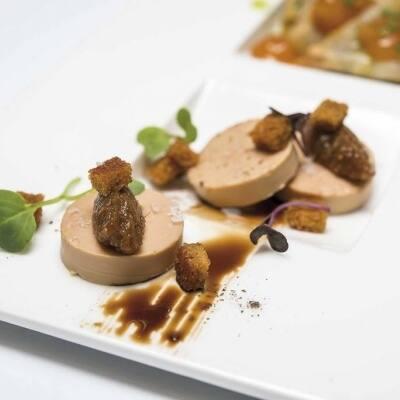 Foie gras semicocido con pan de especias