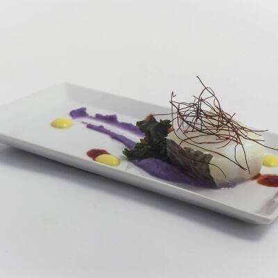 Taco de bacalao con parmentier de patata violeta y alga wakame