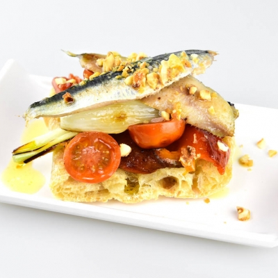 con sardinas, verduras y polvo de avellanas de Reus azucaradas.
