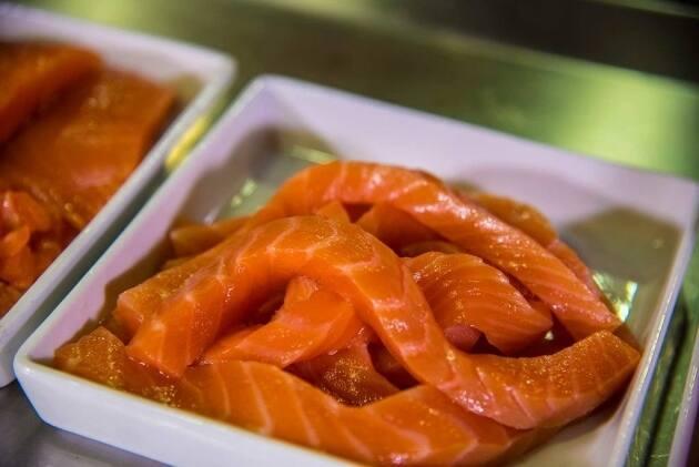 C mo cortar el salm n marinado gastronosfera for Como se cocina el salmon