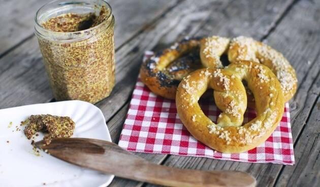 mostaza y pretzel
