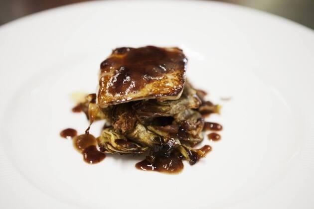 Alcachofas fritas con escalope de foie en salsa de Oporto
