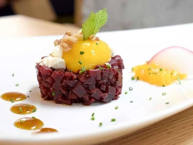 Steak tartare de remolacha y rulo de queso de cabra malagueña
