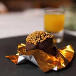 Bombón de foie con chocolate negro, almendras y maracuyá