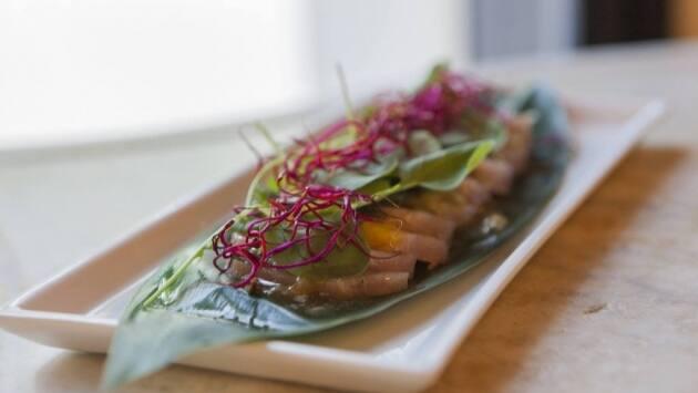 Sashimi de bonito curado en casa con hoja de shiso, berros y ponzu de maracuyá