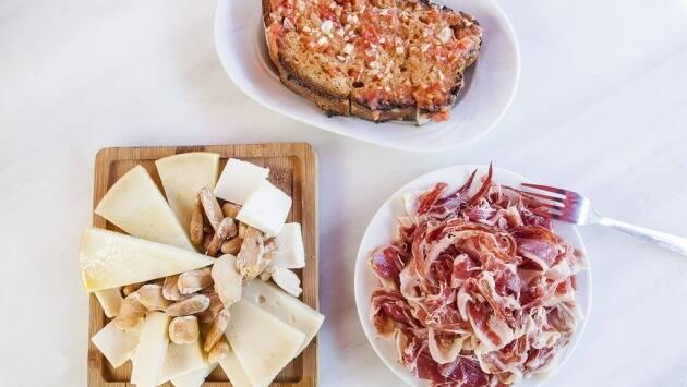 Pan con tomate con jamón y queso