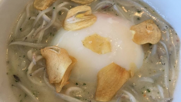 Angulas en pil pil con huevo poché