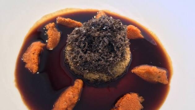 Erizo con caldo de pichón y trufa negra