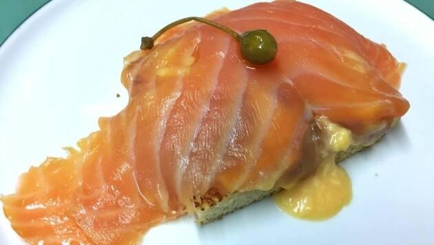 Tosta de holandesa con revuelto de huevo y salmón ahumado en casa
