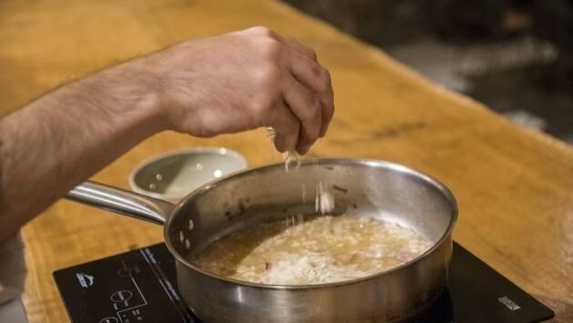 En los últimos 3 minutos de cocción añadimos el parmesano rallado.