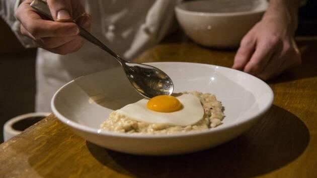 Mezclamos con la gelatina hidratada y el agar-agar. Disponemos la mezcla en un recipiente plano que nos permita 'recortar' la forma de huevo cuando haya cuajado.