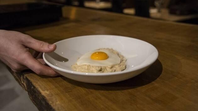Aconsejamos que el comensal rompa el falso huevo y forme la mezcla 'carbonara' ya en la mesa.