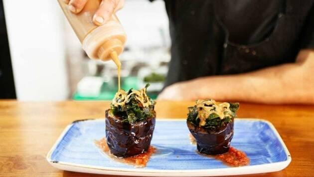Decorar por encima con una vinagreta elaborada, a partes iguales, con salsa de soja y salsa de sésamo.