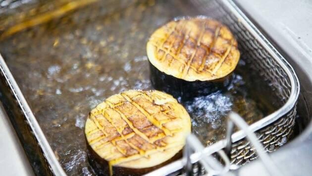 Realizar unos pequeños cortes en la superficie del taco de berenjena y freír cada taco durante un par de minutos en aceite bien caliente.