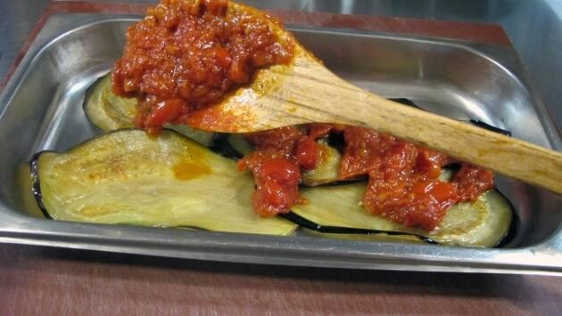 Mientras se precalienta el horno, cogeremos una bandeja o molde para montar la estructura del plato.