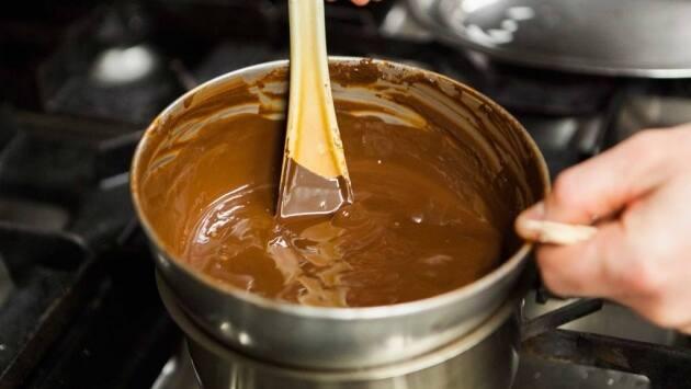 Colocar el chocolate en un cazo al fuego hasta que se funda.