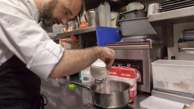 Poner las hojas de gelatina en un recipiente con agua fría durante 5 minutos para que se hidraten.