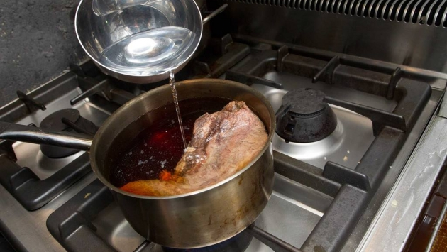 Lavarla con agua fría, cubrirla otra vez con agua, y añadir el sake, el dashi y el bonito.