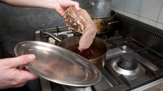 Retirar del fuego y reservar el agua de la cocción, dejando que se enfríe.