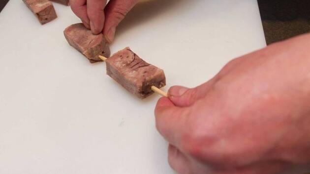 Cortar la lengua a tacos rectangulares y montarlos en la brocheta.