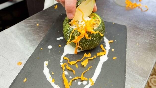 Para servirlo, se pondrá crema de gorgonzola en el interior, y crujiente de zanahoria, con unas gotitas de crema de gorgonzola y crujiente picado alrededor
