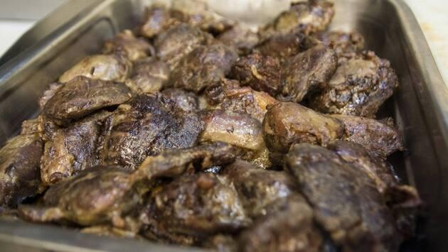 Introduce la carrillera en el horno, salpimientada y cubierta de aceite de oliva, durante dos horas, a 130 grados.