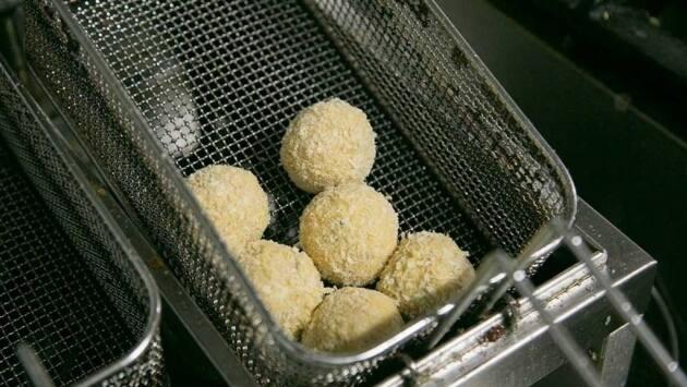 Pasamos las croquetas por harina, por huevo y por pan rallado y las freímos.