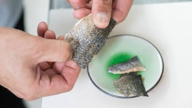 Limpiar la piel del bacalao, deshidratar y freír
