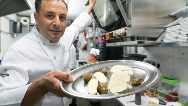 Asar en el horno a 190º grados los chiles habaneros, el ajo y el jengibre durante 10 minutos.