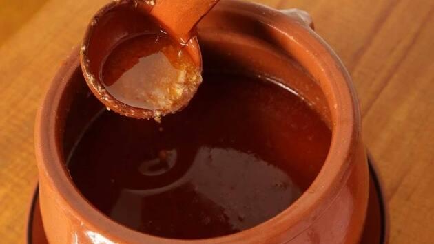 Triturar el aceite de oliva, la sal, la pimienta y el zumo de limón. Añadir la hoja de laurel.