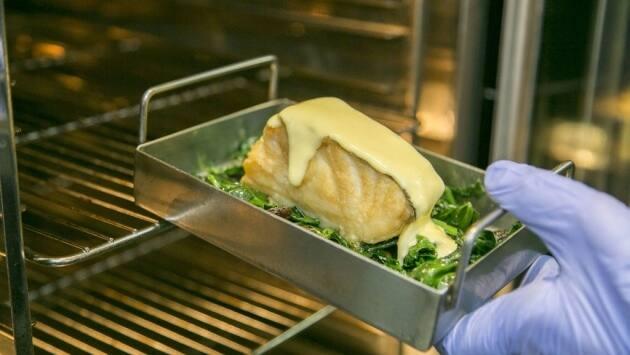 Cubrimos el fondo de un recipiente apto para el horno con las espinacas a la catalana, colocamos el bacalao encima de las mismas y lo cubrimos con el alioli. Gratinamos en el horno a 200 grados hasta que el alioli tenga un color ligeramente dorado.