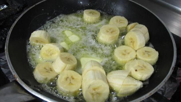 Pelar y cortar los plátanos.