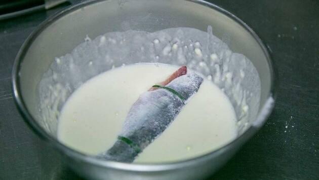 Pasamos las sardinas por la tempura y las freímos en aceite de oliva escurriendo el exceso de tempura hasta obtener un bonito color dorado y una textura crujiente y fina.