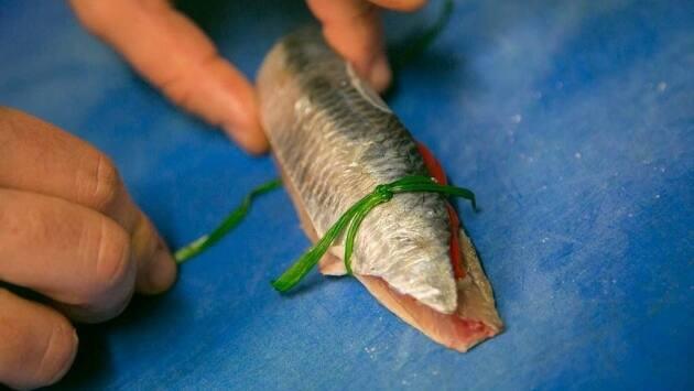 Atamos las sardinas con 2 ramitas de cebollino por cada extremo manteniendo firme el conjunto y las reservamos en frío.