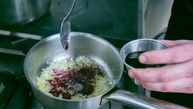 Rehogamos la chalota con aceite de oliva hasta que esté bien dorada. Incorporamos el vino de Oporto y dejamos evaporar parte del alcohol.