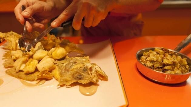 Sobre la espina frita del gallo sirve los cubos de gallo acompañados de salsa de tamarindo, cubos de plátano asados, puré de plátano y hojas de menta, albahaca y cilantro. Sal-pimenta y sirve.