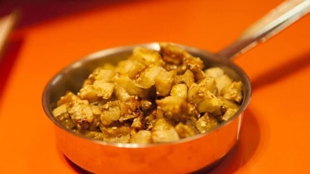 Y rocíalo con una cucharada de salsa teriyaki, unas gotas de aceite de sésamo y una cucharada de sésamo tostado. Asa en el horno convencional a 200 grados durante 5 minutos hasta que quede dorado y tierno. Reserva.