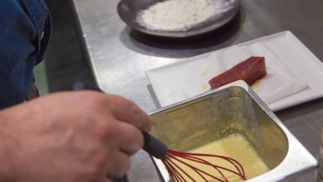 Mezclar la harina con el huevo y el agua con gas, que tiene que estar fría ya que así se consigue una tempura más crujiente. Se le puede poner hielo para enfriarla más.