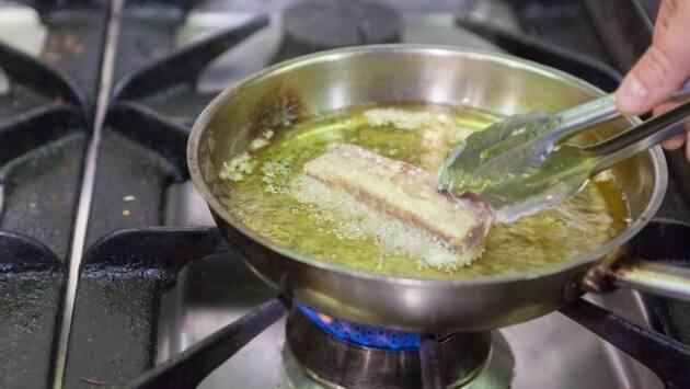Pasar el atún por la harina y freírlo en aceite bien caliente, unos 30 segundos por cara. El rebozado resultante debe ser muy ligero. Eliminar el exceso de aceite con la ayuda de un papel de cocina y reservar.