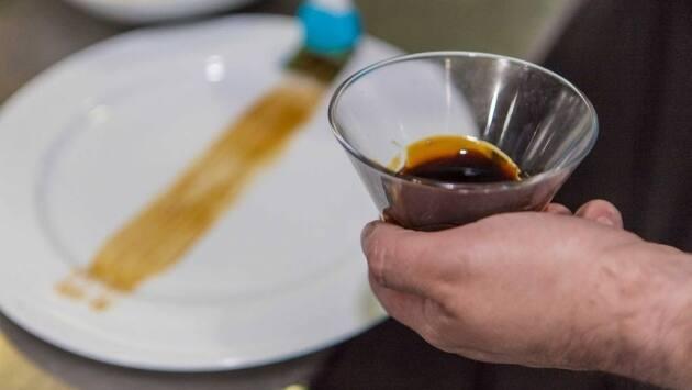 Decorar la base del plato con salsa unagui. Esta salsa es de origen japonés y está hecha a base de caldo de anguila, salsa de soja, mirin y azúcar.