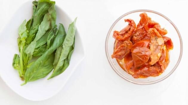 Ingredientes para el tartar de tomate seco.