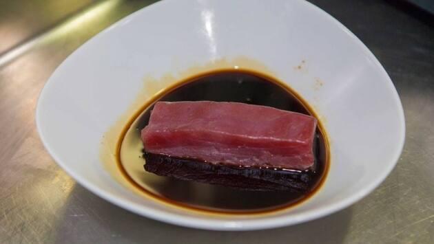 Cortar el lomo de atún y sumergirlo en la salsa de soja, unos 4 minutos por cara. Eliminar el exceso de soja con la ayuda de un papel para evitar que quede demasiado salado y reservar.