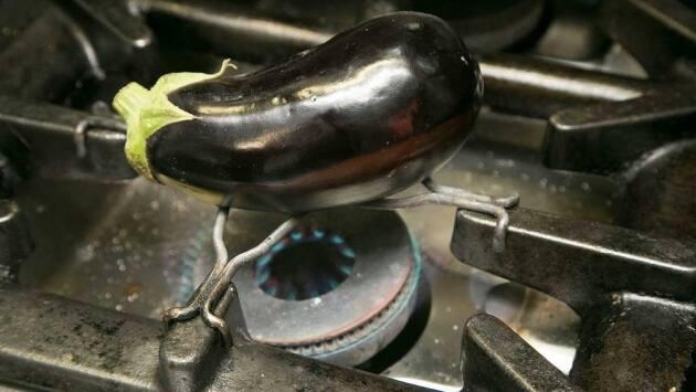 Escalibar las ajos, cubiertos con papel de aluminio, en un horno a 180 ºC durante 30 minutos.