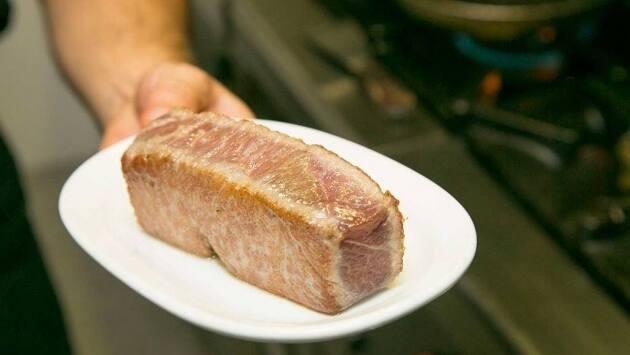 Cortar el atún en cuatro tacos de 125 gramos.
