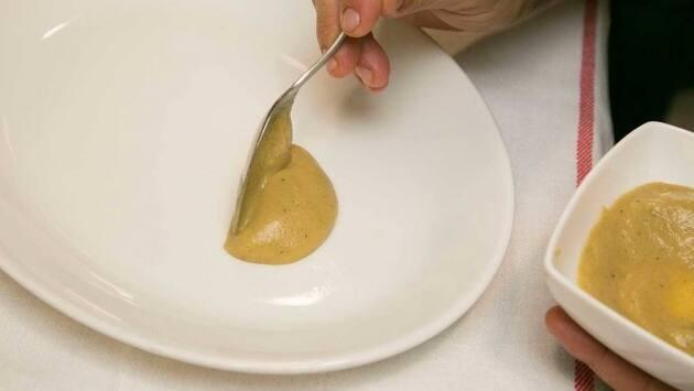 Disponer sobre un plato el puré de berenjena y colocar la ventresca de atún encima.