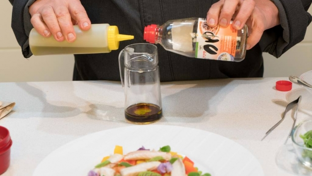 Después, aparte, se mezclan el aceite y la soja para el aliño y se reserva también.