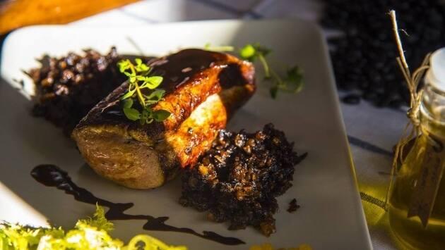 Servimos el solomillo napado con la salsa y acompañado por la duxelles y los piñones (opcional).