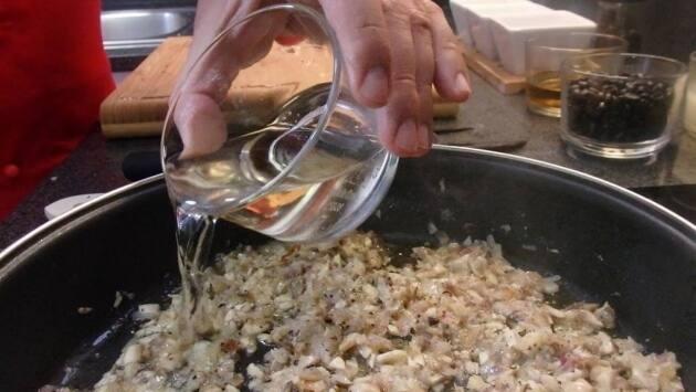 Añadimos el coñac y cocinamos hasta que se forme una pasta. Reservar.